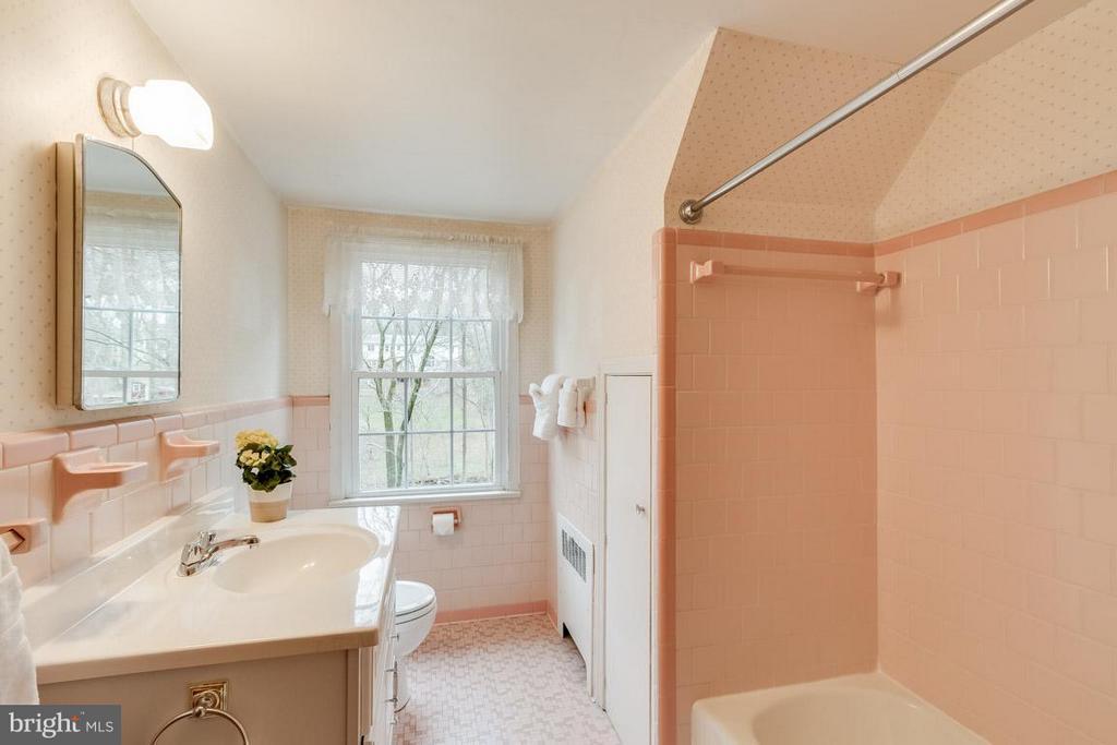 Upper level bathroom with tub/shower - 6505 WAVERLEY ST, ALEXANDRIA
