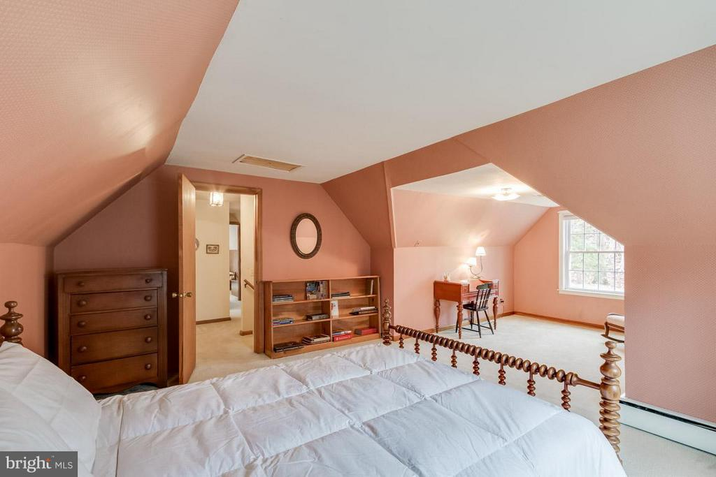Third bedroom on upper level with side yard views. - 6505 WAVERLEY ST, ALEXANDRIA