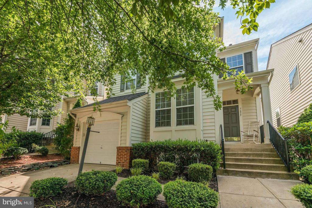 Great Curb Appeal with Approx. 3000 Sq. Ft! - 7655 HENRY KNOX DR, LORTON