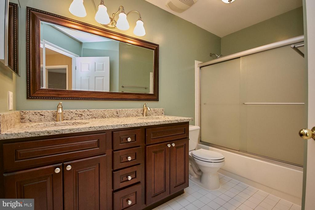 Updated upper hall bathroom with skylight - 8397 CLEVELAND BAY CT, GAINESVILLE