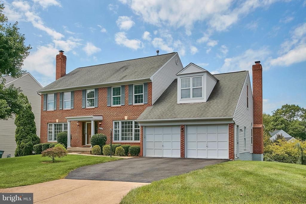 Beautiful brick front colonial with two car garage - 6726 HARTWOOD LN, CENTREVILLE