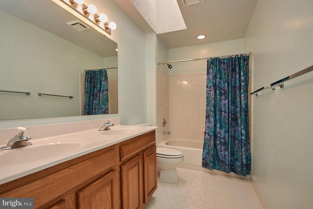 Upper hallway bath with skylight and double vanity - 6726 HARTWOOD LN, CENTREVILLE