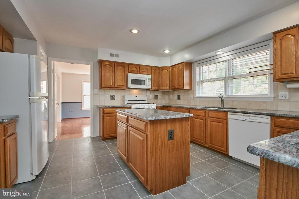 Beautiful ceramic flooring and upgraded appliances - 6726 HARTWOOD LN, CENTREVILLE