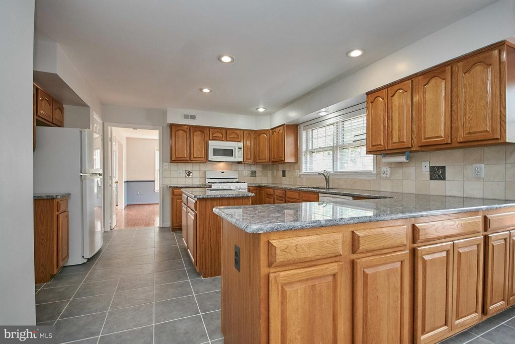 Updated kitchen with granite counter tops - 6726 HARTWOOD LN, CENTREVILLE
