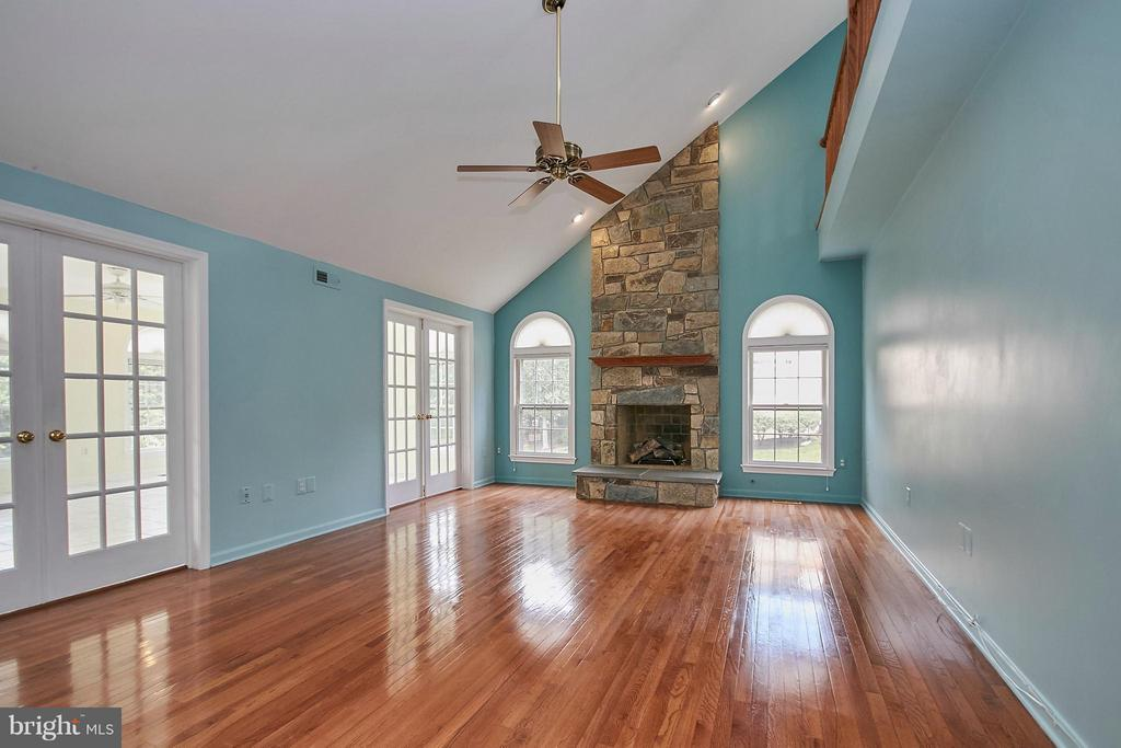 Stunning family room with stone fireplace - 6726 HARTWOOD LN, CENTREVILLE