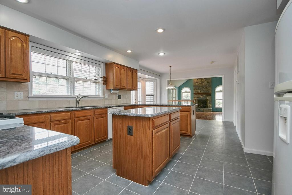 Kitchen adjoins the family room - 6726 HARTWOOD LN, CENTREVILLE