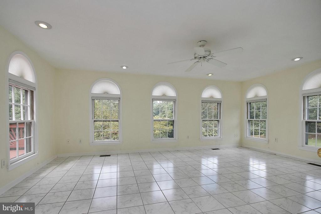 Large sun room with ceramic flooring - 6726 HARTWOOD LN, CENTREVILLE