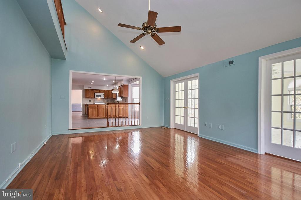Family room also features a vaulted ceiling - 6726 HARTWOOD LN, CENTREVILLE