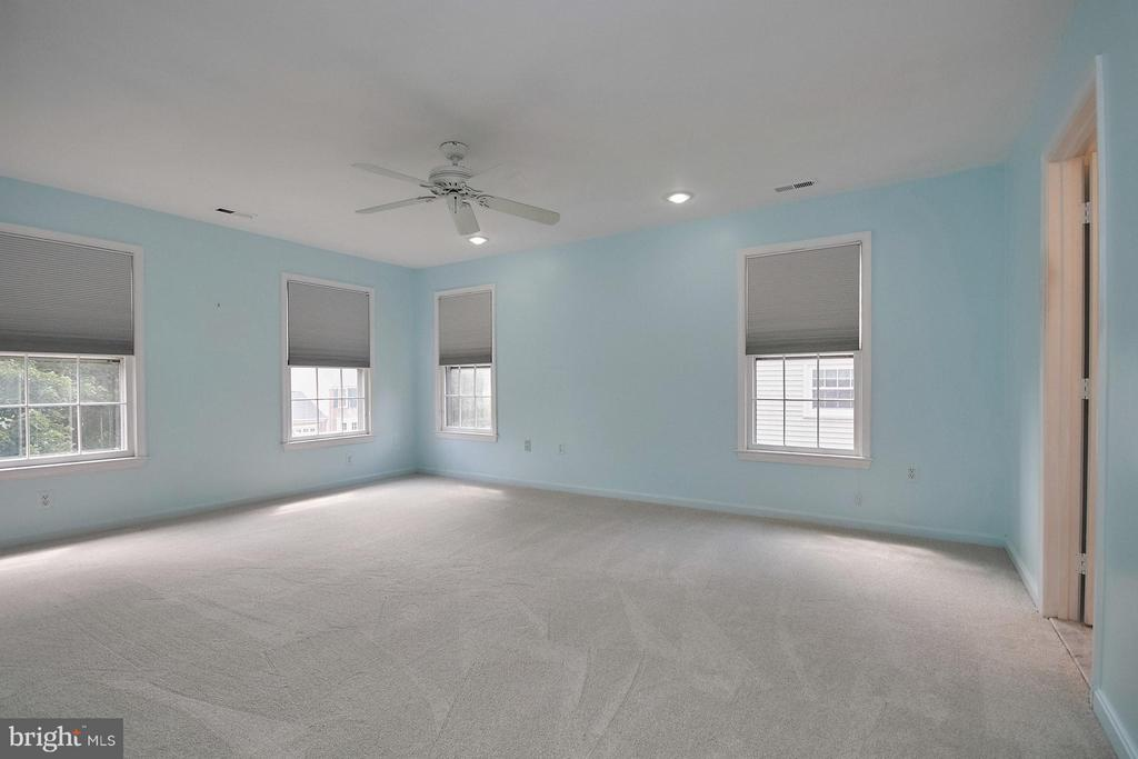 Spacious master bedroom suite - 6726 HARTWOOD LN, CENTREVILLE