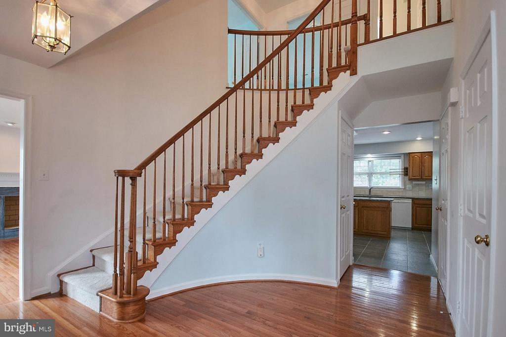 Stunning foyer with curved staircase - 6726 HARTWOOD LN, CENTREVILLE