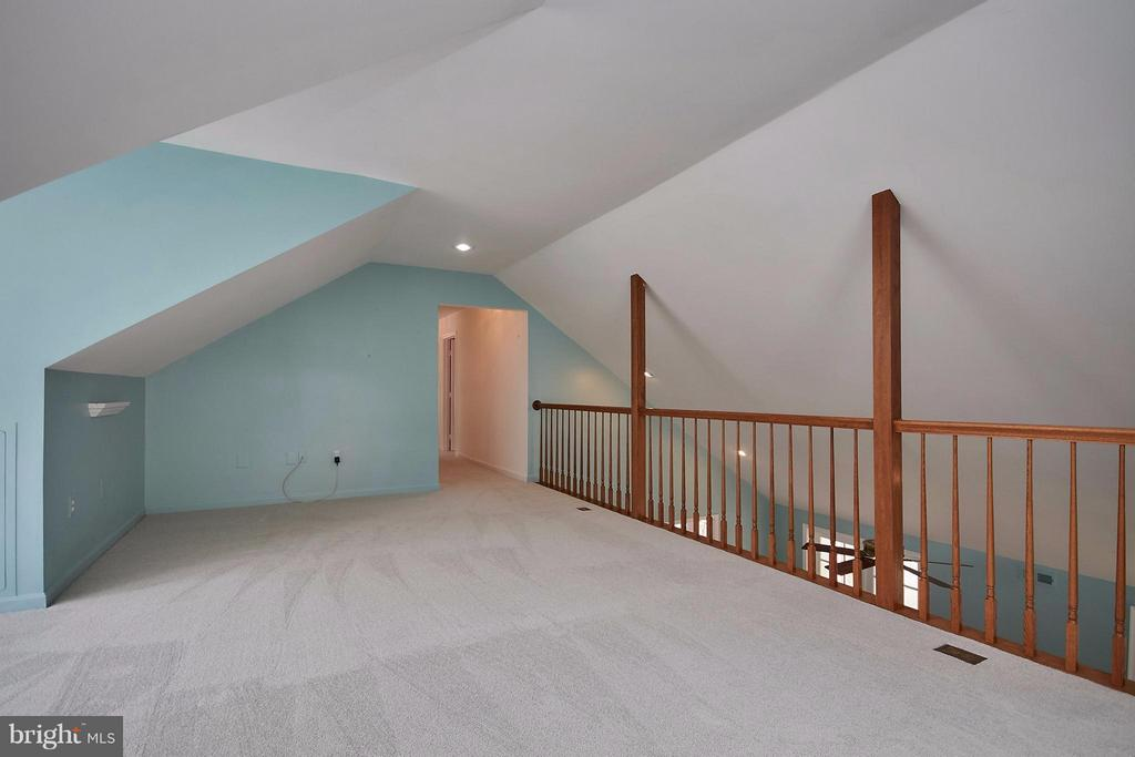 Upper level loft overlooks family room below - 6726 HARTWOOD LN, CENTREVILLE