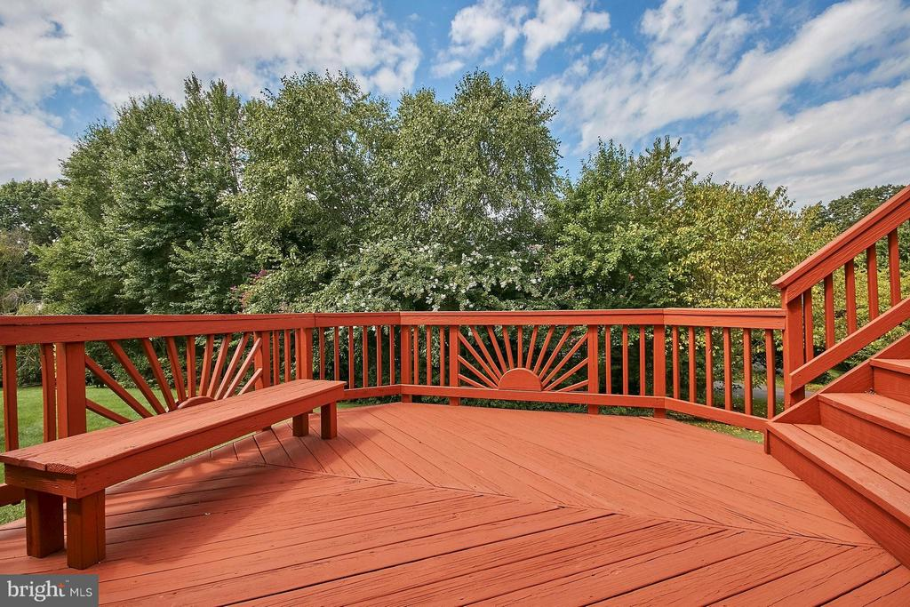 Two level deck overlooks treed back yard - 6726 HARTWOOD LN, CENTREVILLE