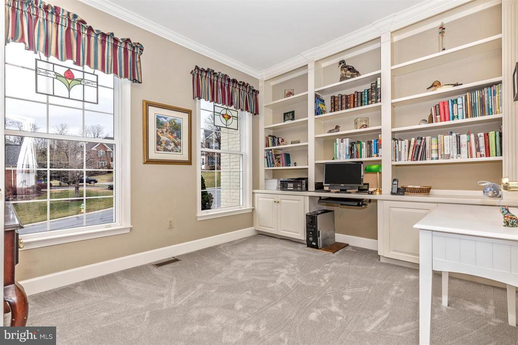 Office/Study with built ins. - 11317 SANANDREW DR, NEW MARKET