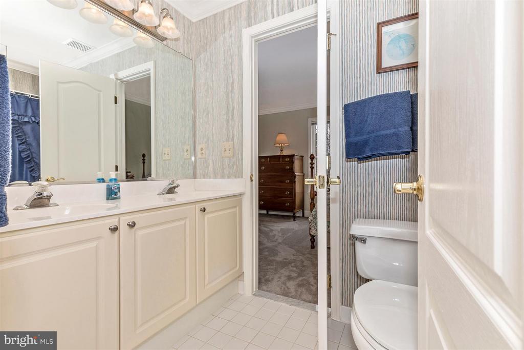 Upper level Jack and Jill full bathroom. - 11317 SANANDREW DR, NEW MARKET