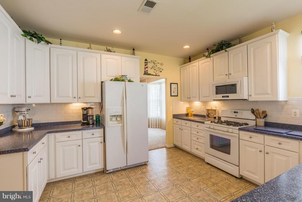 Kitchen with Gas Cooking - 17275 FOUR SEASONS DR, DUMFRIES