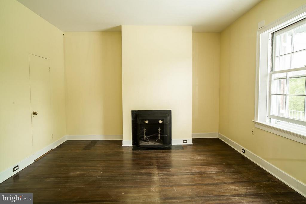 Upstairs bedroom with private bath & fireplace - 466 MONTANA HALL LN S, WHITE POST
