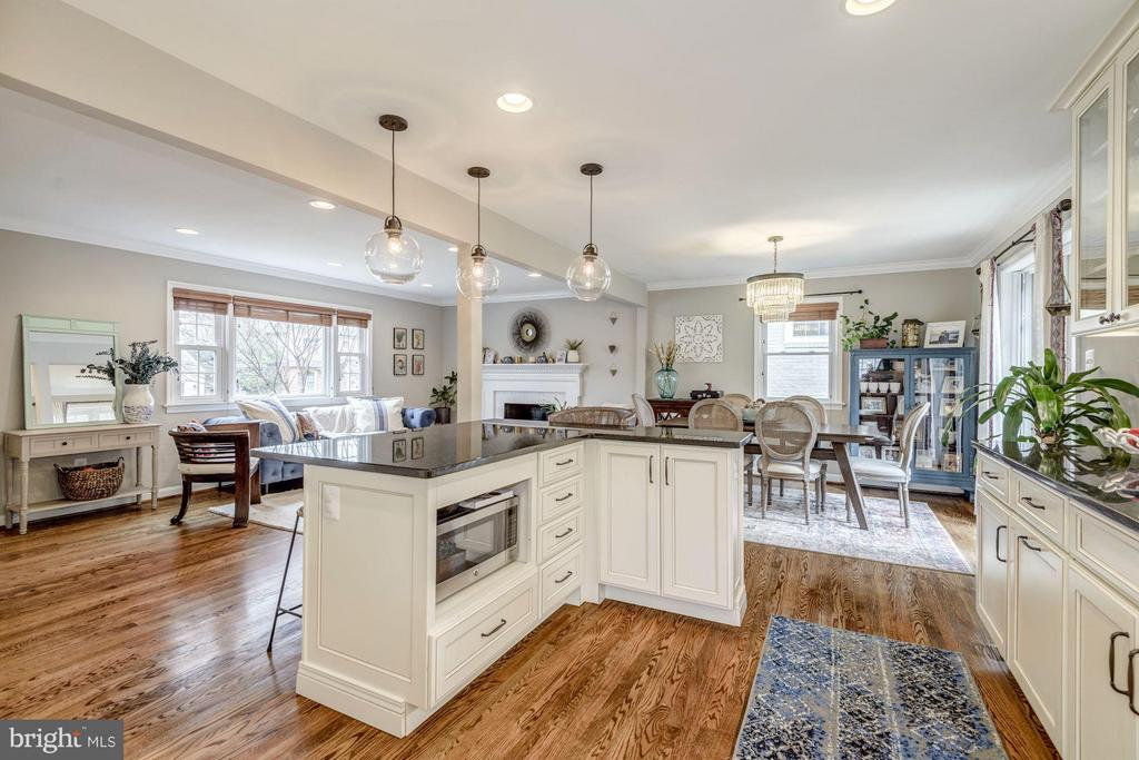 L-Shaped Kitchen Island - 2707 HOLLY ST, ALEXANDRIA
