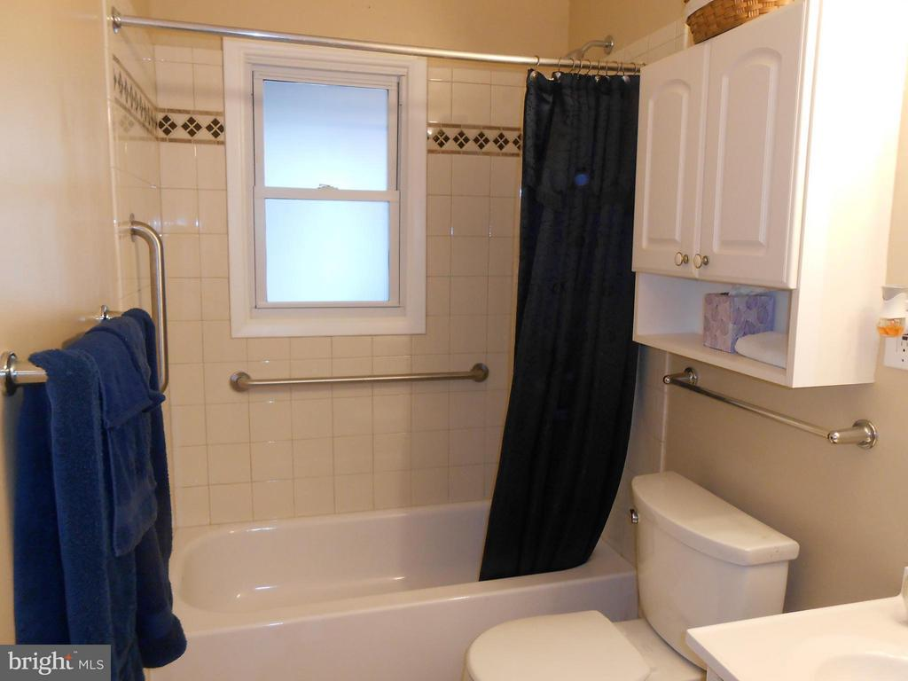 Remodeled Full Bath - 156 HOLDEN DR, MANASSAS PARK