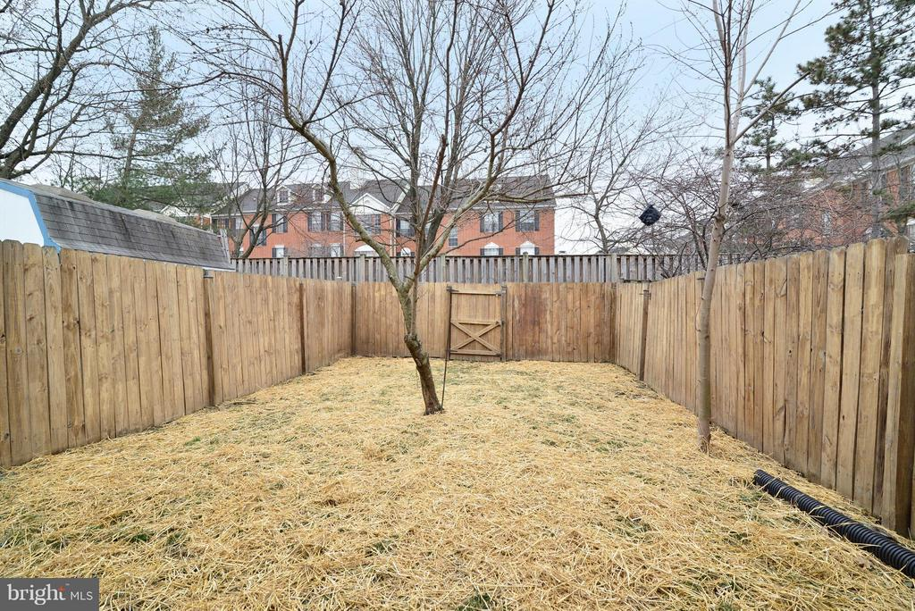 Exterior (Rear yard with privacy fencing ) - 325 NANSEMOND ST SE, LEESBURG