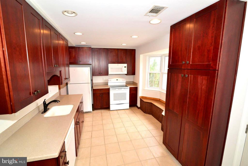 Beautiful Cherry cabinets in the Kitchen - 325 NANSEMOND ST SE, LEESBURG