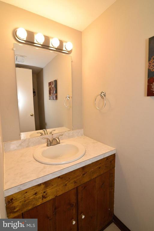 Bath half bath on main level - 325 NANSEMOND ST SE, LEESBURG