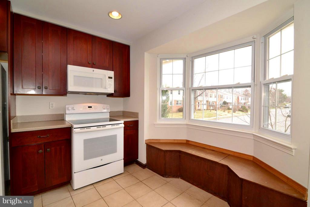 Cosy bay window with window seat - 325 NANSEMOND ST SE, LEESBURG
