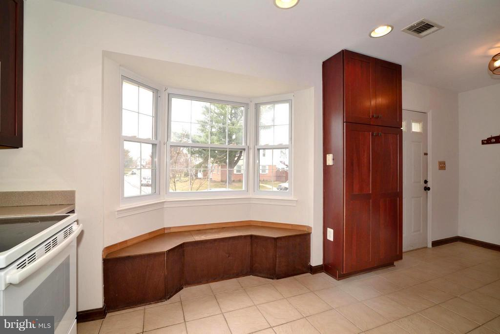 Window seat - 325 NANSEMOND ST SE, LEESBURG