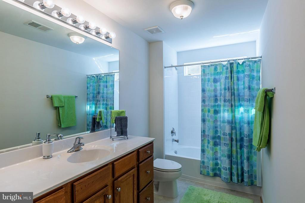 Full Bath on Upper Level - 16016 DANCING LEAF PL, DUMFRIES