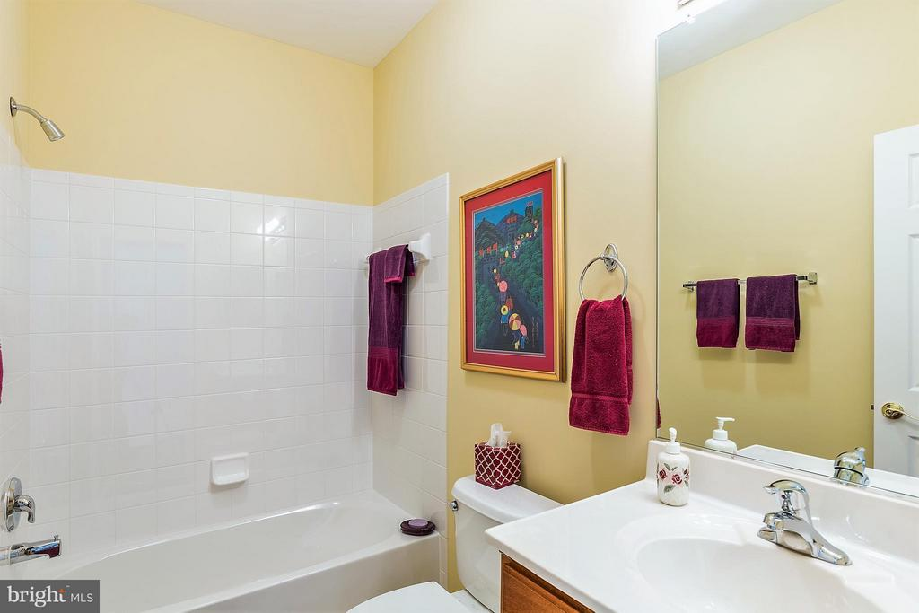Full Bath on Main Level - 16016 DANCING LEAF PL, DUMFRIES