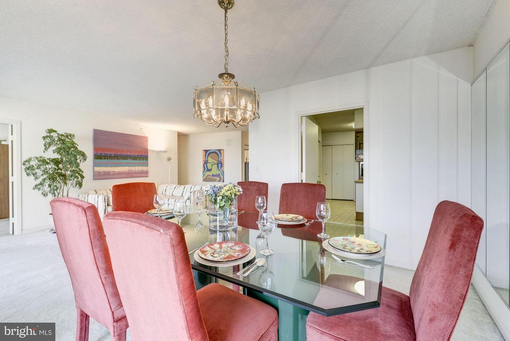 The dining room: fablous space for entertaining. - 1300 CRYSTAL DR #1610S, ARLINGTON