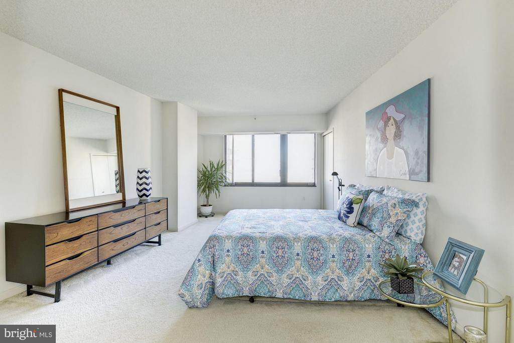 Wonderful light, and space for the owners bedroom - 1300 CRYSTAL DR #1610S, ARLINGTON