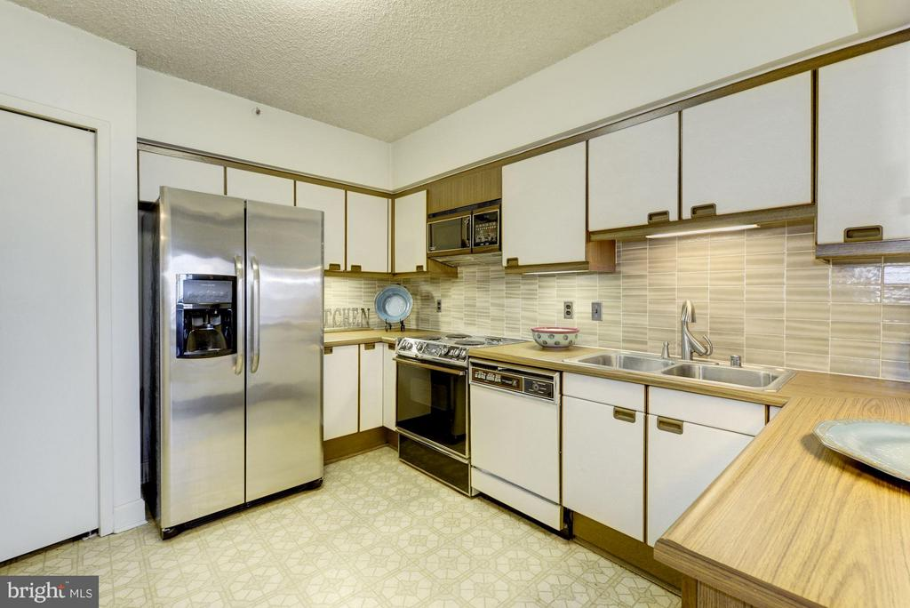 A vintage kitchen with a new refrigerator. - 1300 CRYSTAL DR #1610S, ARLINGTON