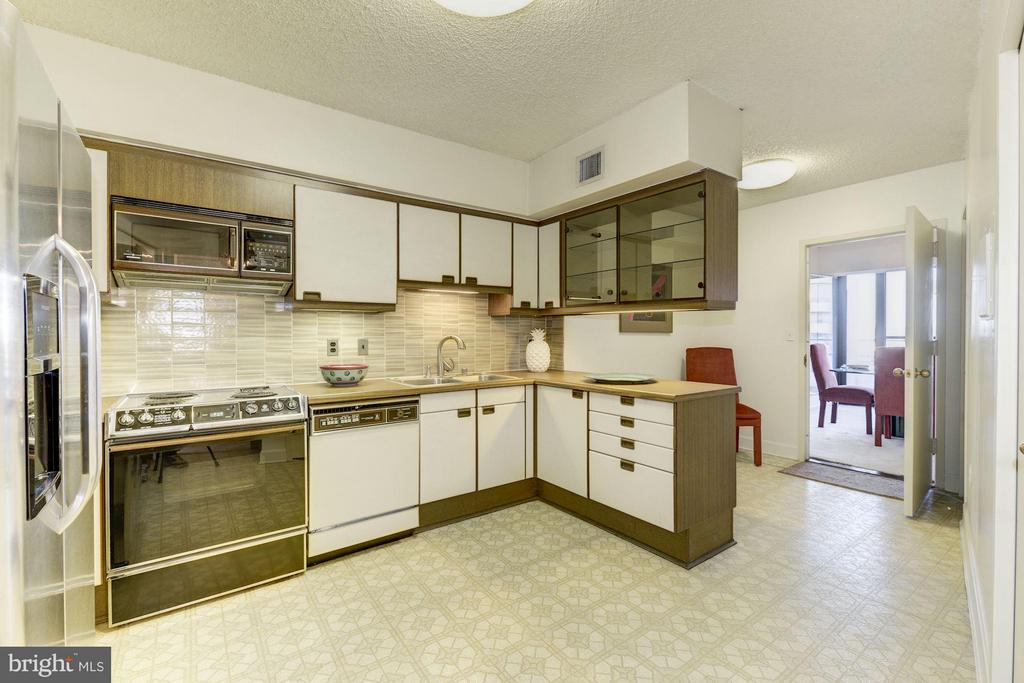 The kitchen is beautiful maintained and functional - 1300 CRYSTAL DR #1610S, ARLINGTON