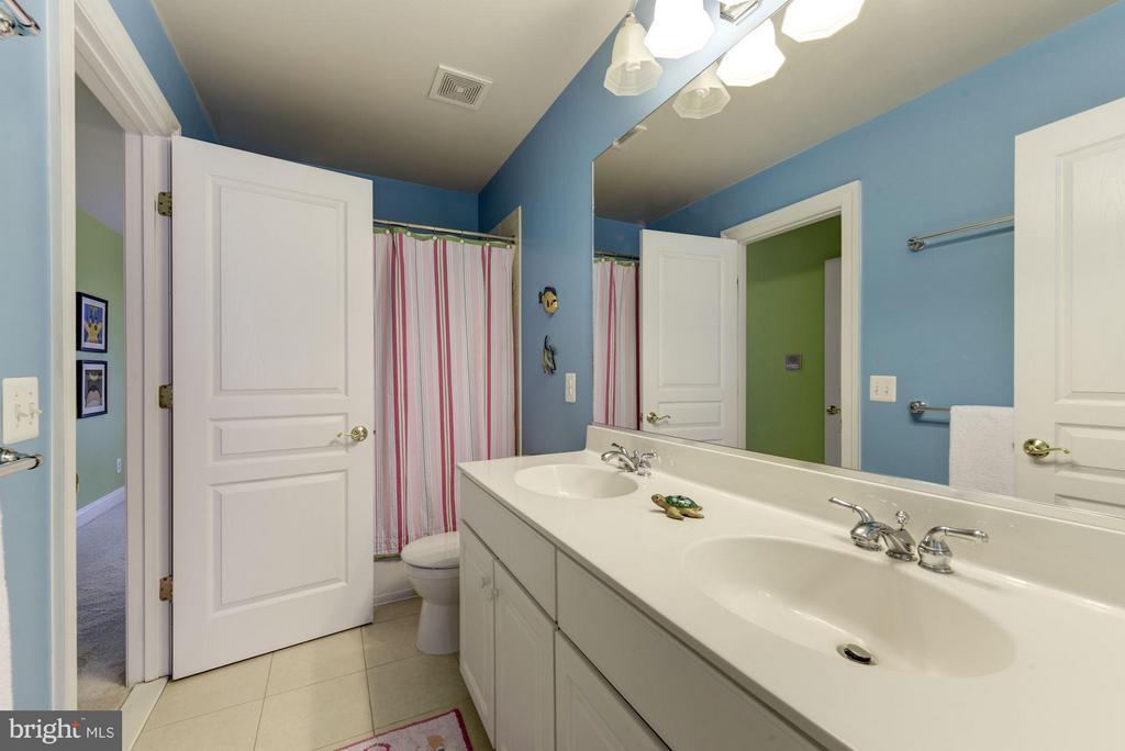 Jack/Jill Style Hall Bath with Double Sink Vanity - 8928 RHODODENDRON CIR, LORTON