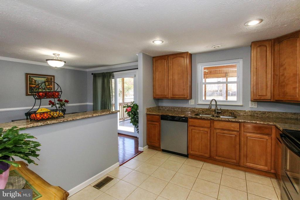 Breakfast bar and adjoining dining room - 13 CANDLEBERRY CT, STERLING