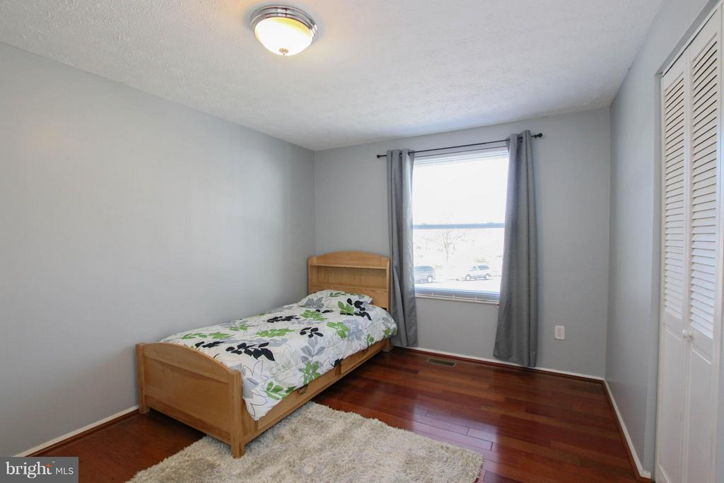 2nd bedroom on main level - 13 CANDLEBERRY CT, STERLING