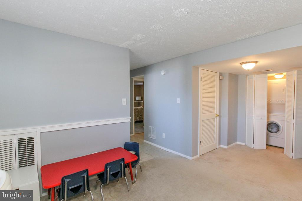 Convenient laundry space on lower level - 13 CANDLEBERRY CT, STERLING