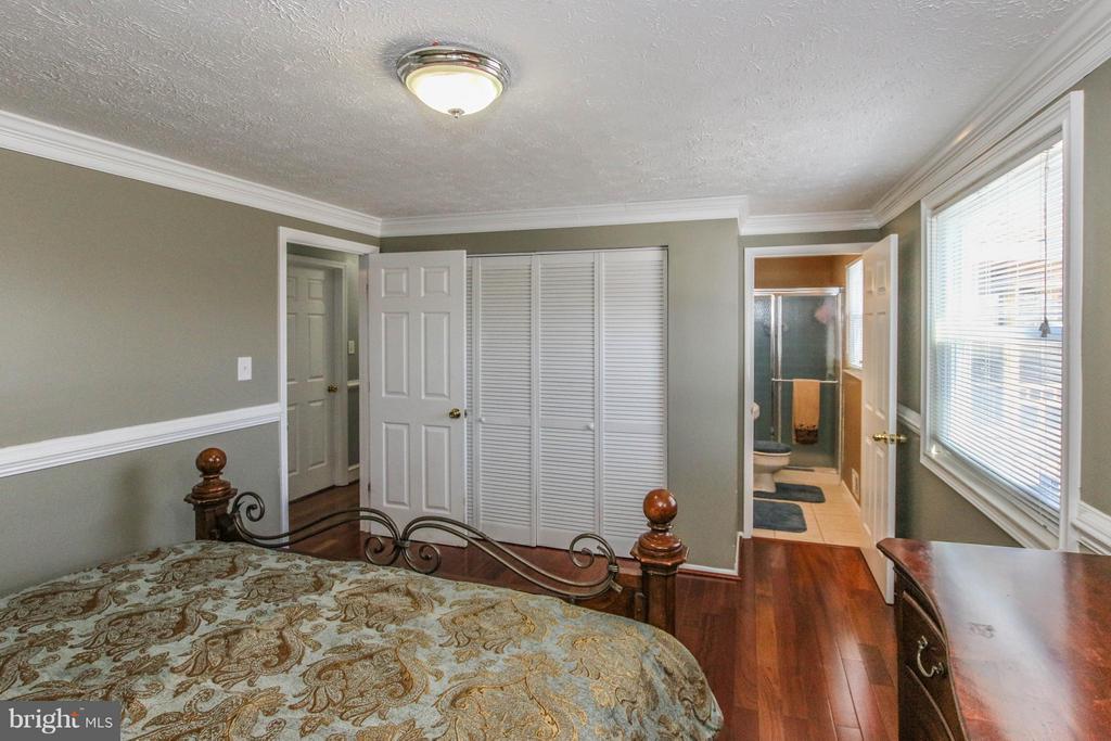 Large closet & en-suite bath - 13 CANDLEBERRY CT, STERLING