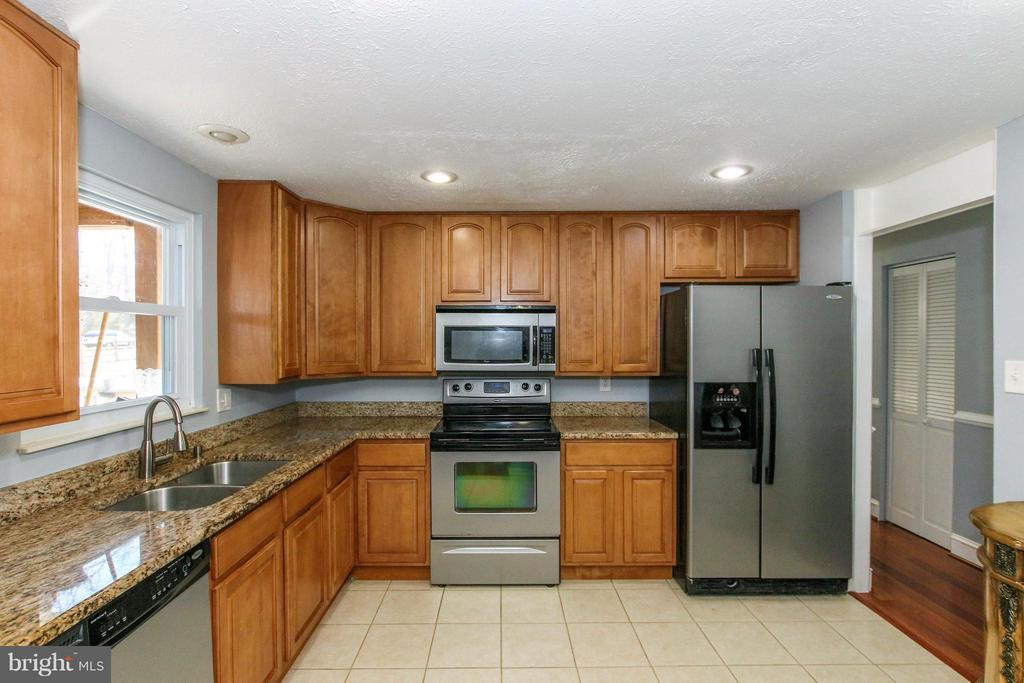 Tile flooring, stainless steel appliances - 13 CANDLEBERRY CT, STERLING