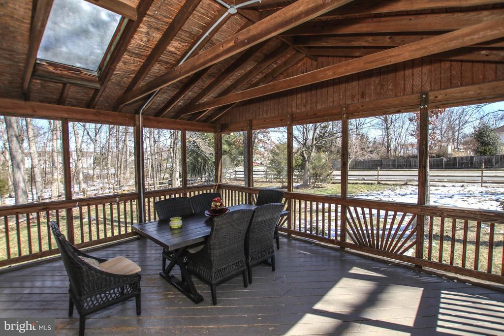 Oversized screened in porch for outdoor enjoyment. - 13 CANDLEBERRY CT, STERLING
