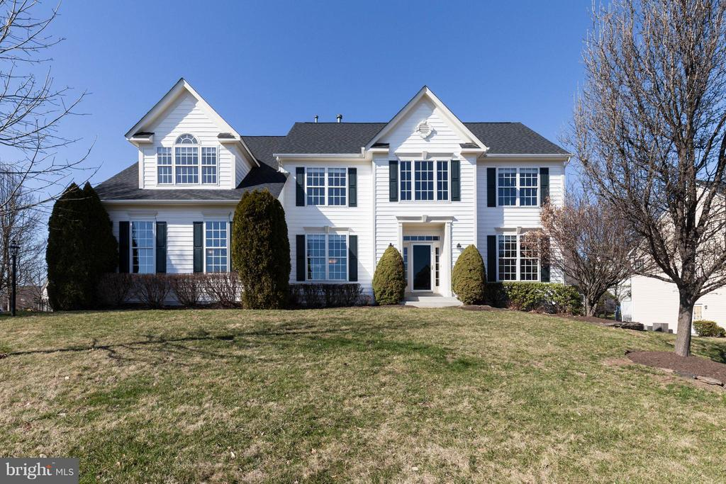Gorgeous Colonial Home with 2 Car side load garage - 43008 BATTERY POINT PL, LEESBURG