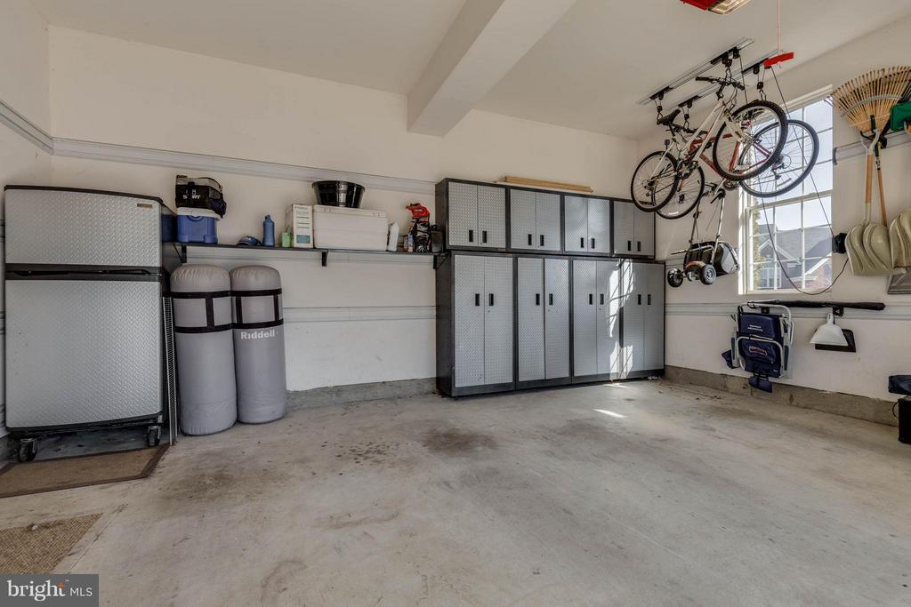 Garage with custom storage and freezer - 43008 BATTERY POINT PL, LEESBURG