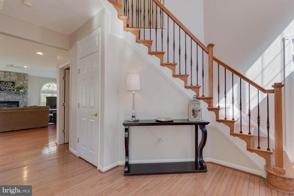 Two Story Grand Front Entrance with Hardwood Floor - 43008 BATTERY POINT PL, LEESBURG