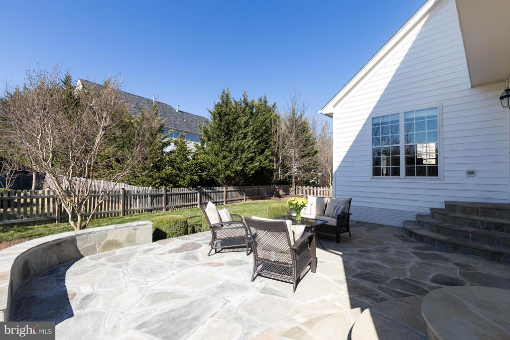 Private yard with fantastic patio for entertaining - 43008 BATTERY POINT PL, LEESBURG