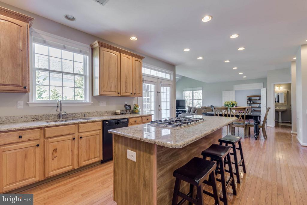 Kitchen Island with seating and cooktop - 43008 BATTERY POINT PL, LEESBURG