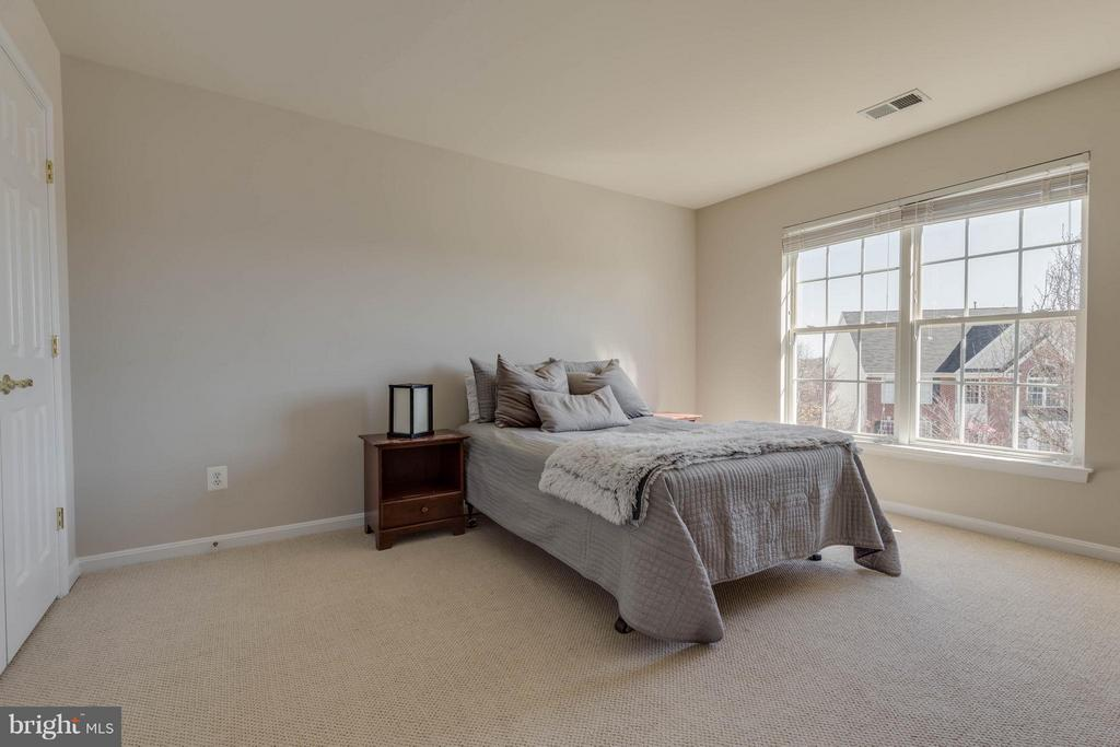 Bedroom 1 - room for a queen or full bed - 43008 BATTERY POINT PL, LEESBURG