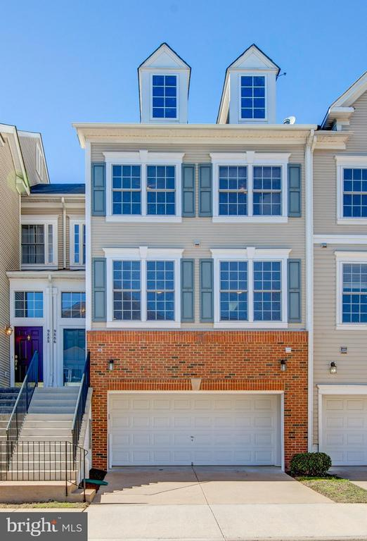 Fantastic 3 levels with a 2 car garage! Awesome! - 9886 SOUNDING SHORE LN, BRISTOW