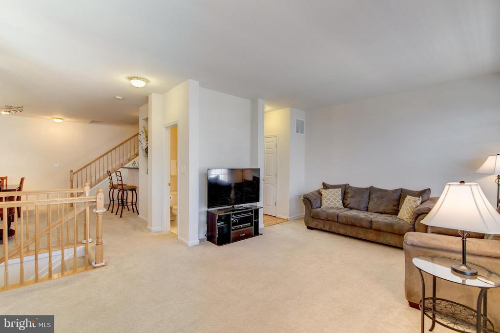Living Room opens to both kitchen and dining area - 9886 SOUNDING SHORE LN, BRISTOW