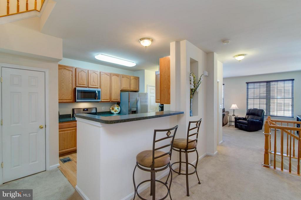 How awesome! Bar height seating to watch the cook! - 9886 SOUNDING SHORE LN, BRISTOW