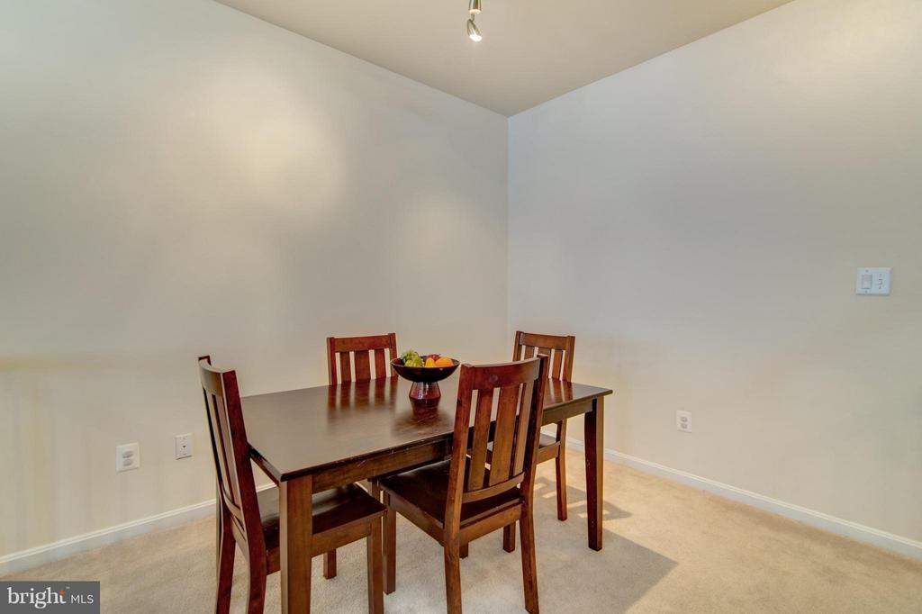 This space can entertain a table for 6, easily! - 9886 SOUNDING SHORE LN, BRISTOW